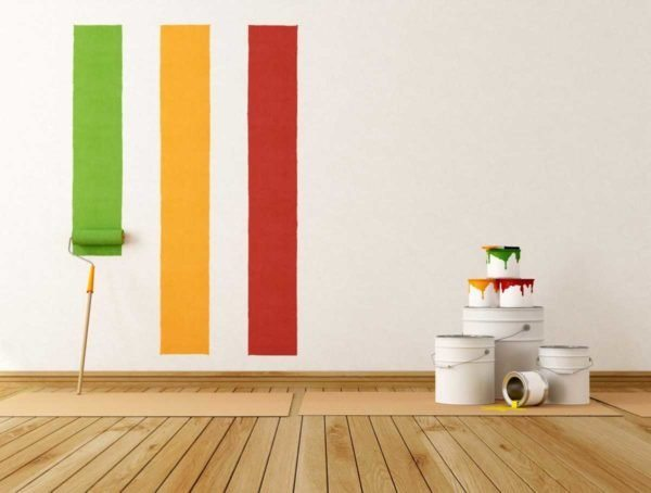 При нанесении цветной краски на белую грунтовать стену не нужно
