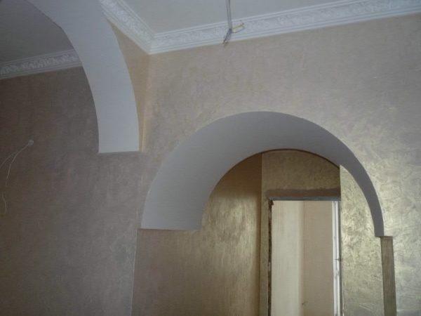 При поклейке обоев на арках самое большое значение имеет аккуратность стыка стены и проема