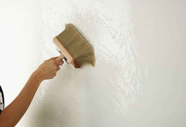 При работе образуется много подтеков на стене, их обязательно нужно убирать