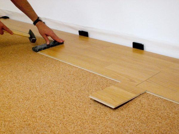 При укладке ламината у стены остается деформационный зазор.