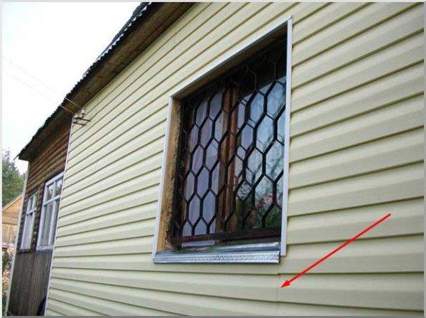 При усадке постройки и сезонном смещении грунта щель может становиться более заметной