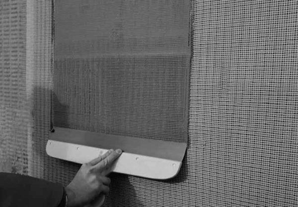 Приклеивание сетки на штукатурку позволяет не мучиться с ее креплением на стене