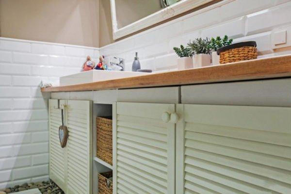 Применение жалюзийных дверок на кухне