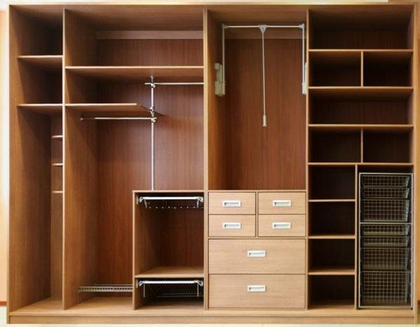 Пример использования современных элементов: пантографа, выдвижных корзин, полок для обуви и брючницы