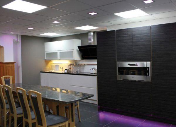 Пример использования светодиодных панелей на кухне
