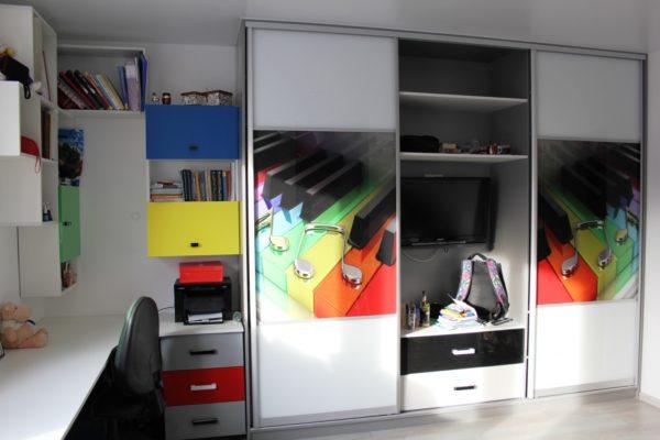 Пример наполнения шкафа в рабочем кабинете - помимо оргтехники и бухгалтерских принадлежностей здесь есть все необходимое, вплоть до небольшого телевизора