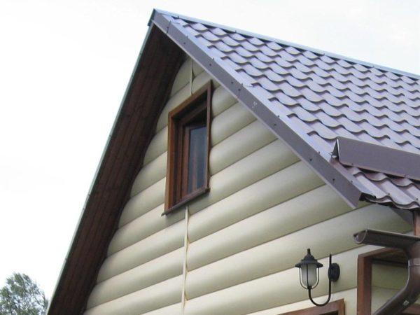 Пример обшивки фронтона с окном