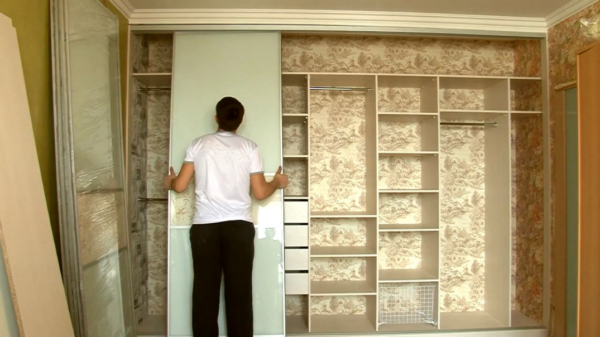 Пример отделки шкафа, подобранной в цвет оформления стен