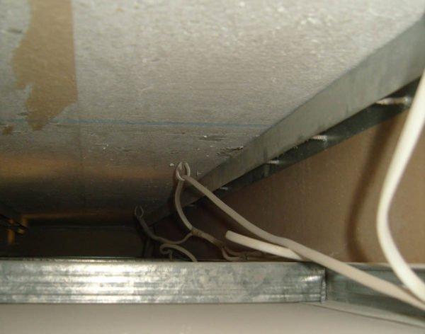 Пример распределения силового провода поверх металлического профиля