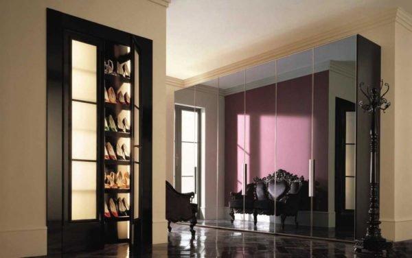 Пример расширения и наполнения светом пространства с помощью зеркальной поверхности шкафа