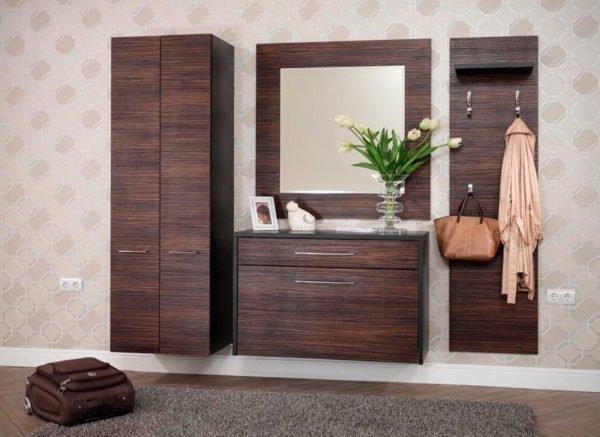 Пример того, как в небольшом помещении можно подвесить вещевой шкаф