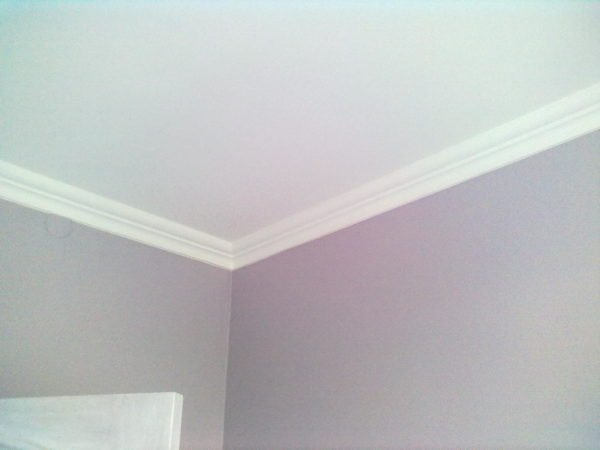 Примыкание стен к потолку отделано пенопластовым потолочным плинтусом.