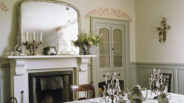Пристенная конструкция – классический вариант расположения камина в комнате