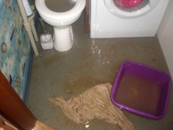 Проблемы с канализацией верхних соседей – самое противное, что может ожидать ваш натяжной потолок