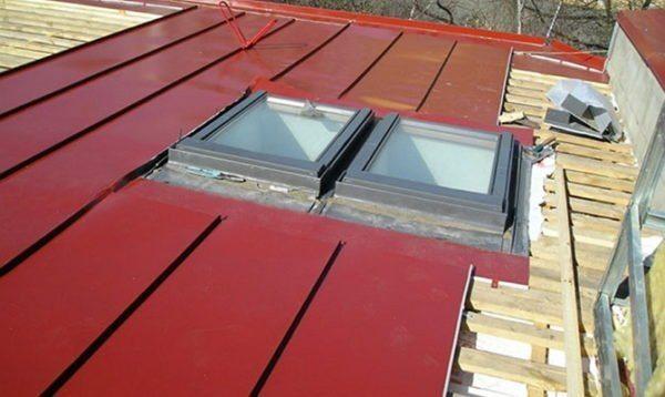 Продукция Факро (Fakro) предназначена даже для крыш с гладким рулонным покрытием.