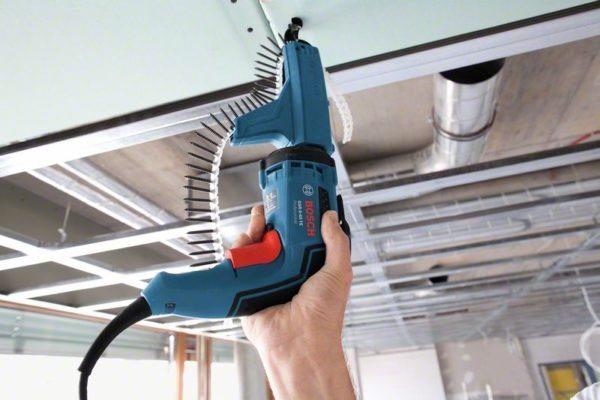 Профессионалы используют инструмент со специальными насадками, чтобы еще больше ускорить рабочий процесс