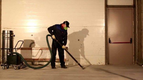 Профессионалы используют пылесосы, вы можете обойтись и влажной тряпкой