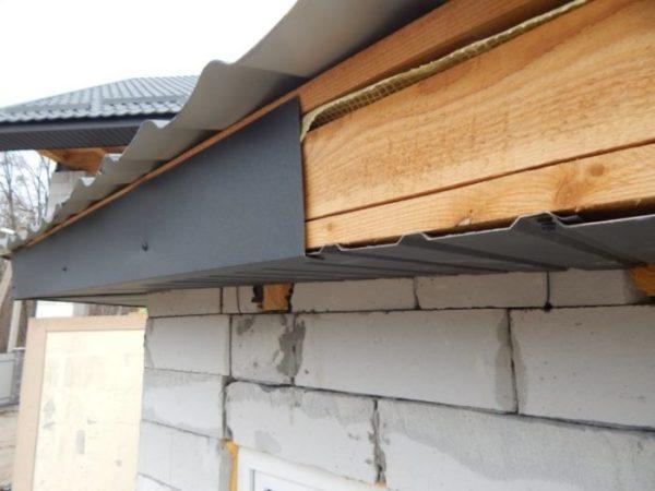 Профлист довольно привлекателен, но на свесах придется отдельно монтировать вентиляционные окна.