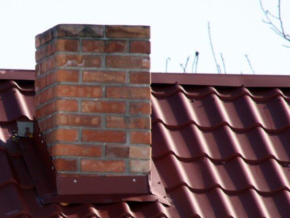 Проход печной трубы через крышу должен быть пожаробезопасным и герметичным