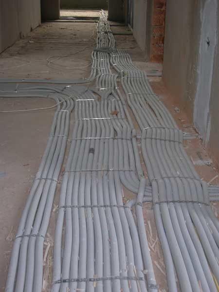 Прокладка коммуникаций в пластиковых трубах по полу