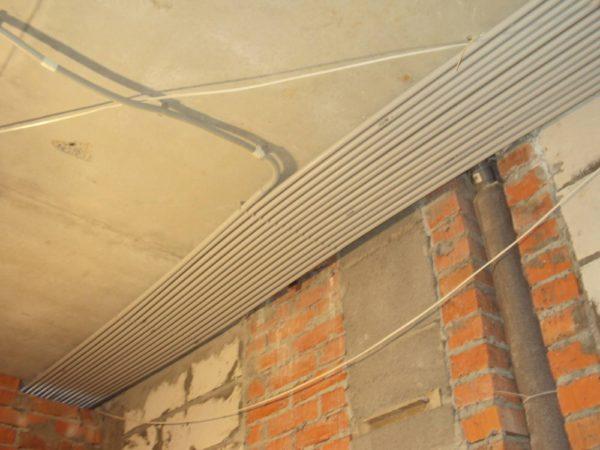 Прокладка коммуникаций в пластиковых трубах по потолку