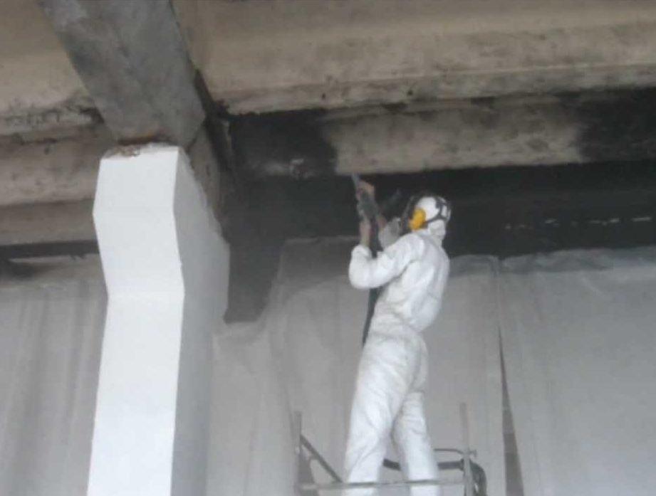 Промышленный пылесос очень хорошо убирает сажу с поверхности