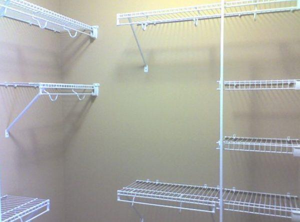 Простейшие системы вообще крепятся прямо к стене через крепления на требуемой вам высоте