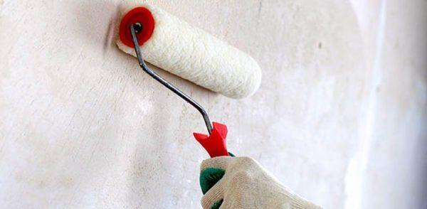 Процесс нанесения грунта несложен, но есть масса нюансов, без которых хорошо подготовить стены невозможно