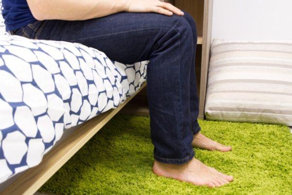 Проверить высоту кровати легко: когда вы на ней сидите, нога в колене должна сгибаться под прямым углом