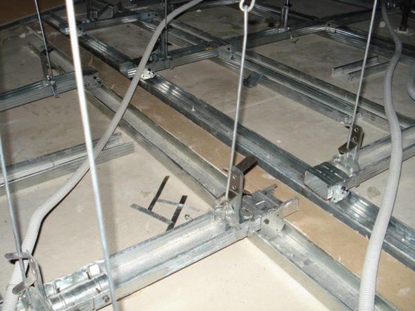 Пружинные подвесы позволяют опускать подвесной потолок на расстояние до одного метра.