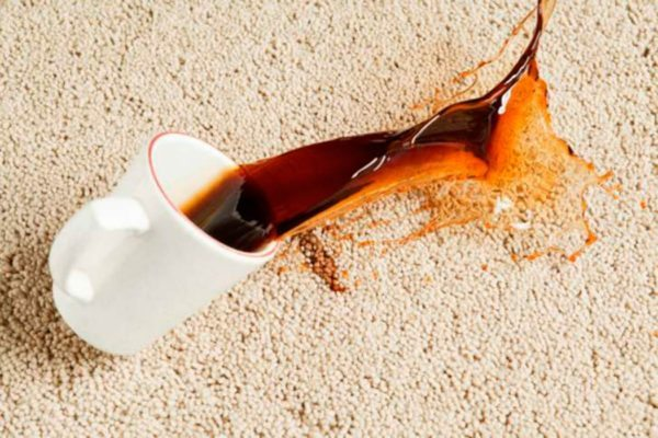 Пятна, например, от кофе, как на фото, необходимо выводить сразу