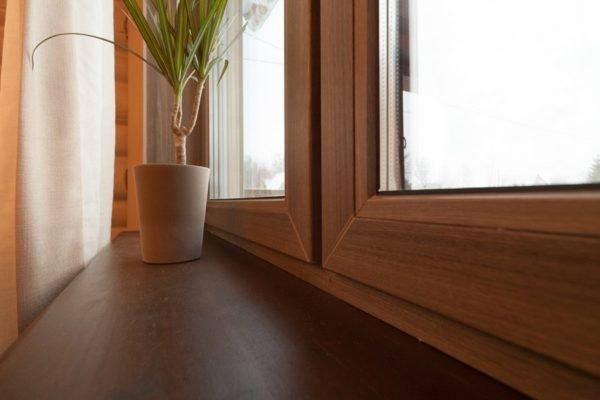 Рама пластикового окна может весьма достоверно имитировать внешний вид и фактуру древесины.