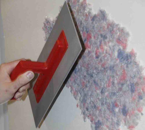 Распределяем состав по стене слоем не более 2 мм