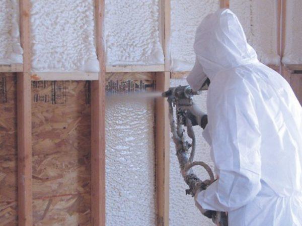Распыляемый утеплитель используют для внутренних и внешних работ