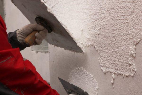 Рассматриваемый отделочный материал отличается также высокими адгезионными свойствами, что упрощает его нанесение