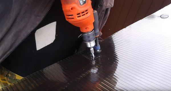 Рассверливаем отверстие в металле прямо через лист поликарбоната