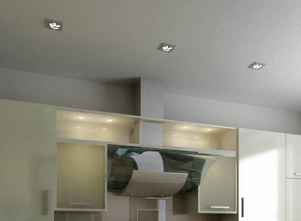 Равномерное расположение точечных светильников на потолке обеспечивает отсутствие резких теней