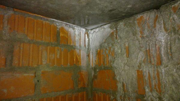 Разрушения материала — последствия некачественной гидро- и теплоизоляции или полного ее отсутствия