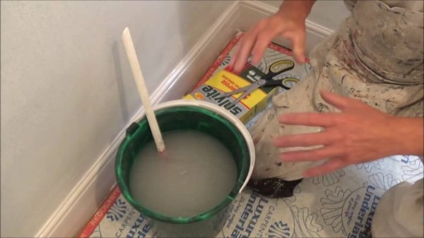 Разводить клеящий состав нужно строго по инструкции производителя.
