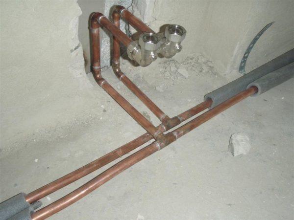 Разводка отопления выполнена медной трубой на паяных фитингах.