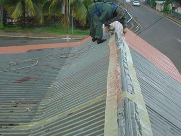 Ремонт крыши может быть капитальным или аварийным, подразумевающим быстрое устранение течи