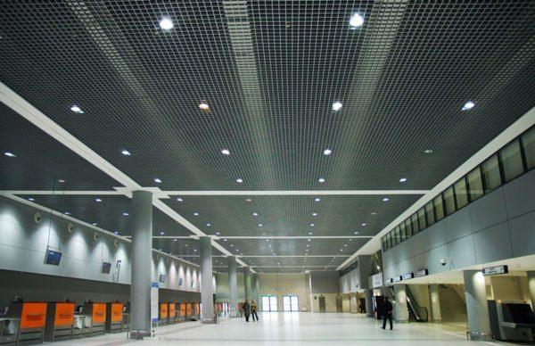 Решетчатый потолок, который собирается из отдельных панелей
