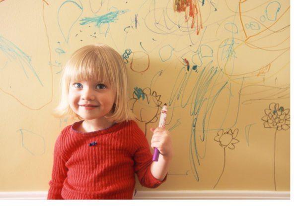 С антивандальными обоями этой девочке не грозит наказание от родителей.