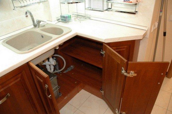 С гибким подключением водоснабжения использовать пространство под мойкой намного удобнее