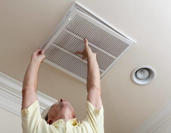 С монтажом потолочной вентиляции сможет справиться один человек.