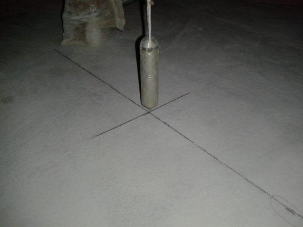 С помощью отвеса положение стоек переносится на потолок.