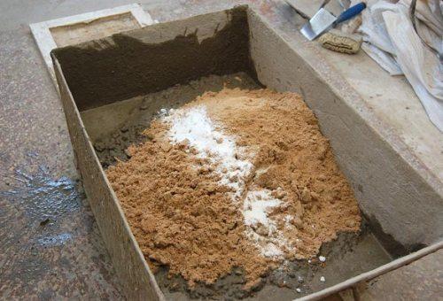 Самая простая штукатурка содержит лишь песок, цемент и воду
