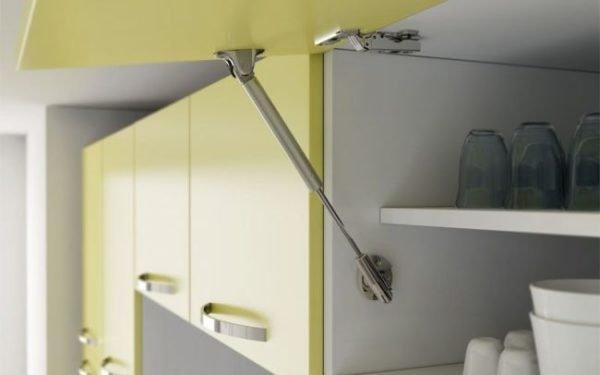 Петли с доводчиком для кухни: как установить мебельный доводчик, фурнитура для выдвижных дверей, как отрегулировать и крепить кухонный шкаф