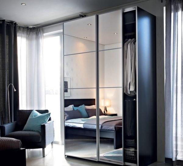 Самыми долговечными конструкциями считаются одно- и двустворчатые двери.