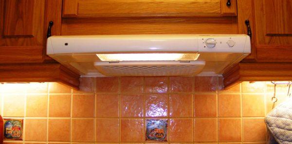 Самый распространенный вентилятор на большинстве кухонь не только чистит воздух, но и подсвечивает плиту, и работает как таймер